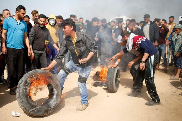 De Palestijnse betogers verbranden banden om Israëlische scherpschutters te verblinden.