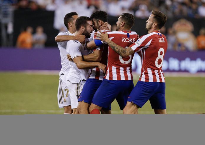 Diego Costa vecht een robbertje uit met Dani Carvajal.