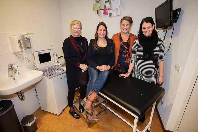 Verloskundige Ine Pennings met 3 zwangere dames