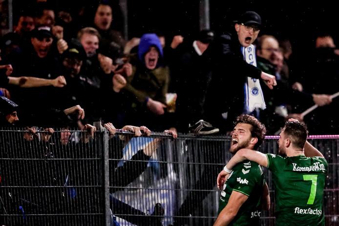 De Graafschap-middenvelder Javier Vet (links) viert zijn openingstreffer tegen Almere City FC.