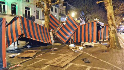 Storm blaast kraampjes kerstmarkt omver