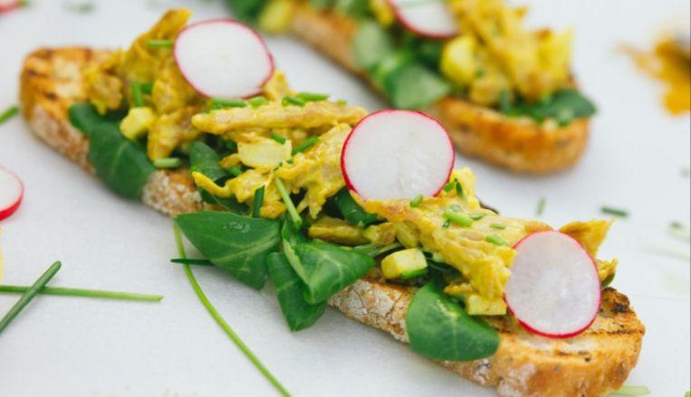 Een broodje met de Kip-kerrie salade van de Vegetarische Slager Beeld De Vegetarische Slager