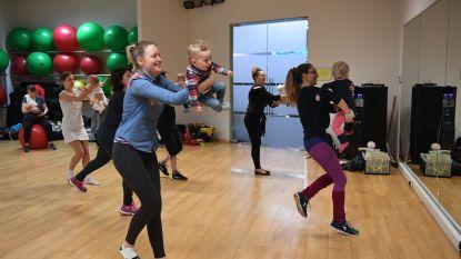 Draagzak-zumba, maxi-cosi dansen, baby-salsa en spierversterkende oefeningen? Mama's worden weer fit na de bevalling dankzij babygym!