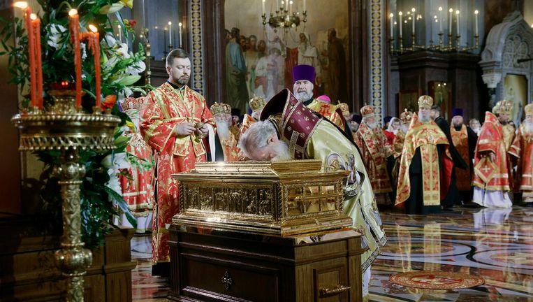 Patriarch Kirill kust de gouden kust met relieken van Sint-Nicolaas in de Christus Verlosserskathedraal. Beeld Sergei Chirikov / EPA