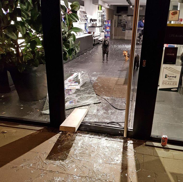 Met een houten balk werd de glazen deur van het Mediacenter verbrijzeld.