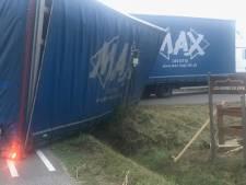 Vrachtwagen raakt van de weg in Twekkelo