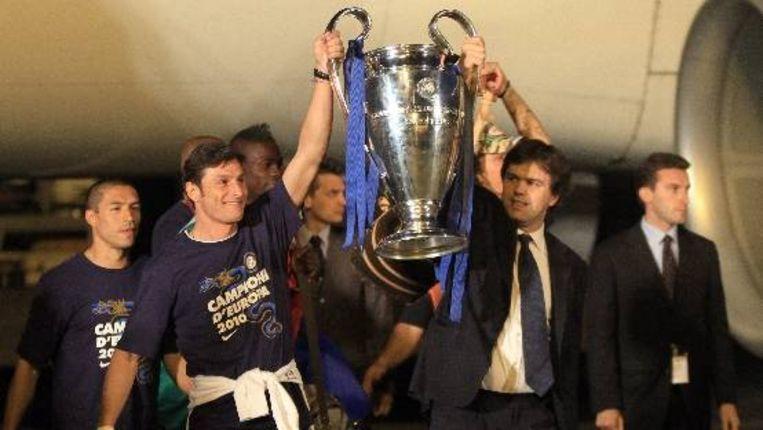 Aanvoerder van Inter Milan, Javier Zanetti (links) met de Champions League-beker. (EPA) Beeld