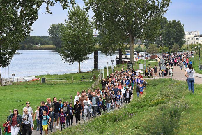 De Avondvierdaagse in Cuijk vorig jaar. Zo gaat het er dit jaar niet uitzien tijdens de speciale Home Edition.