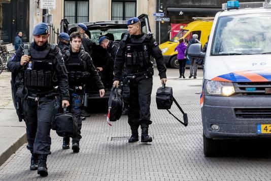 Op en rond het Binnenhof zijn de politie en marechaussee extra zwaar bewapend aanwezig na de schietpartij in Utrecht. Die vond plaats in een tram op het 24 Oktoberplein. De politie houdt er rekening mee dat de dader of daders een terroristisch motief hadden.