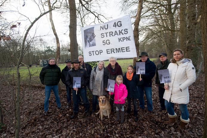 Inwoners van Emst protesteren op de plek waar de zendmast van KPN moet komen.