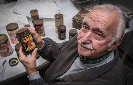 Thijs van Woerkom (84) bij blikken voedsel die vermoedelijk verstopt zijn tijdens de Tweede Wereldoorlog. Deze zijn geschonken aan het Nationaal Bevrijdingsmuseum in Groesbeek.