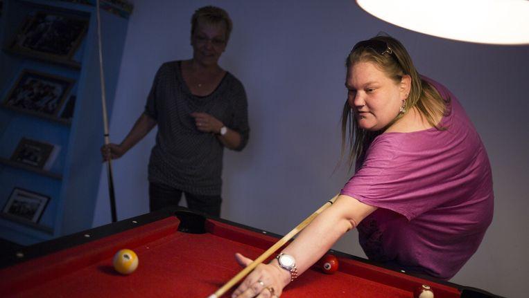 In de gemeente Dordrecht verdwijnen mogelijk 140 van de 450 begeleid wonen-plekken. Jennifer (aan de biljart) is er niet gerust op dat ze kan blijven waar ze nu woont. Beeld null