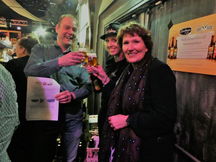 Brouwer/directeur Hert Bier Carlo Ruiter, biersommelier Sandra Veldhuizen en directeur Zuivelhoeve winkelbedrijven BV Diane Roerink proosten met een Lang zal ze Leven-biertje op de samenwerking.