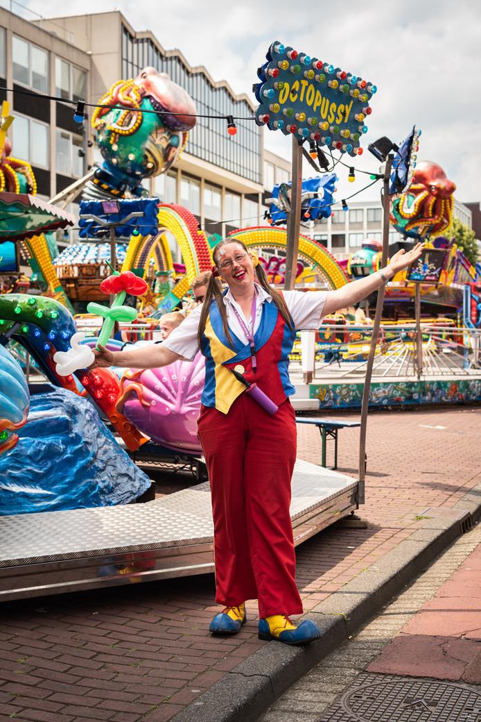 Anna Dumoulin probeert als clown Anka kinderen te vermaken.