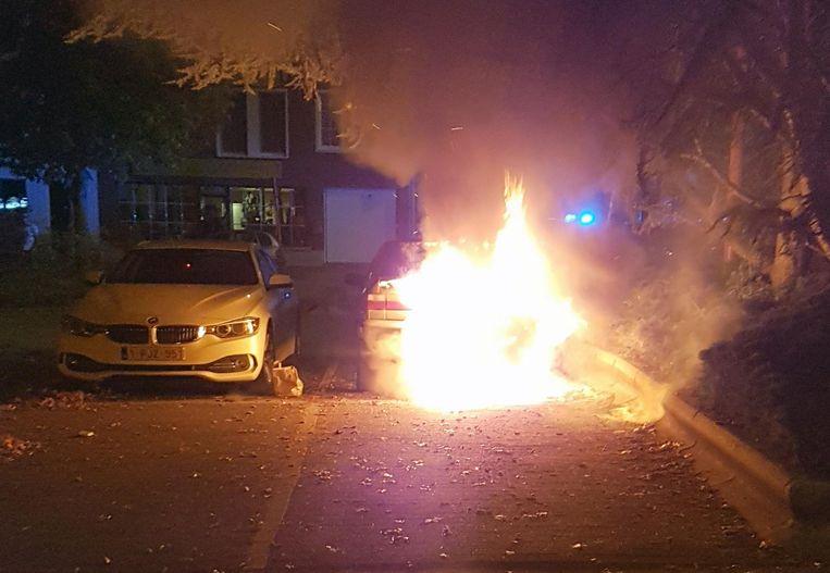 De vlammen sloegen dinsdagnacht uit de wagen.
