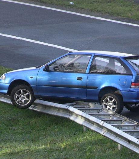 Auto belandt óp vangrail langs oprit A18 bij Wehl