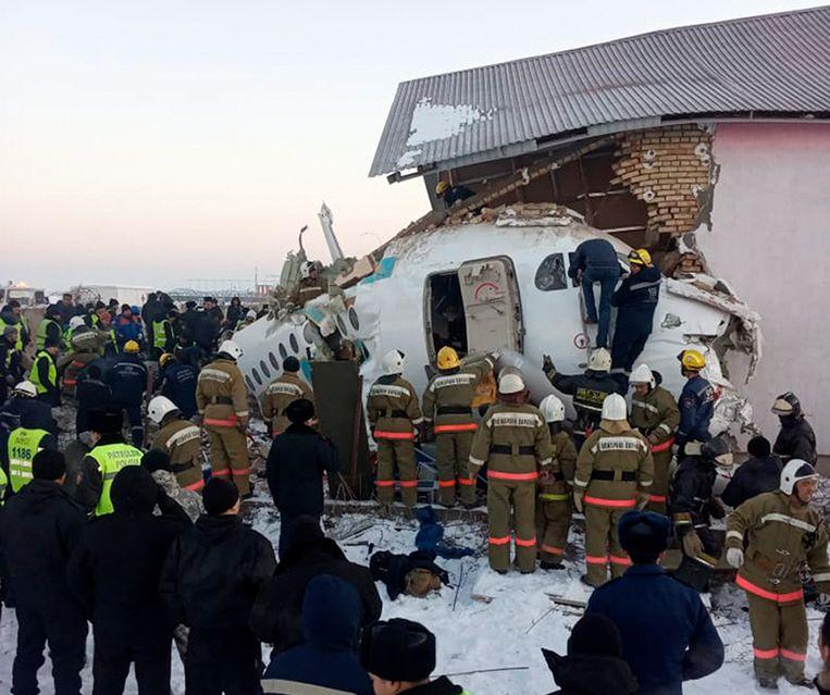 Reddingswerkers zijn volop bezig met het redden van overlevenden.