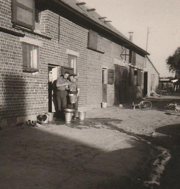 Een foto die werd genomen in de zomer van 1968. We zien melkboer Paul Van Bruwaene samen met zijn vader bij de hoeve in Schuiferskapelle. Vader en zoon hebben net gedaan met de koeien melken.
