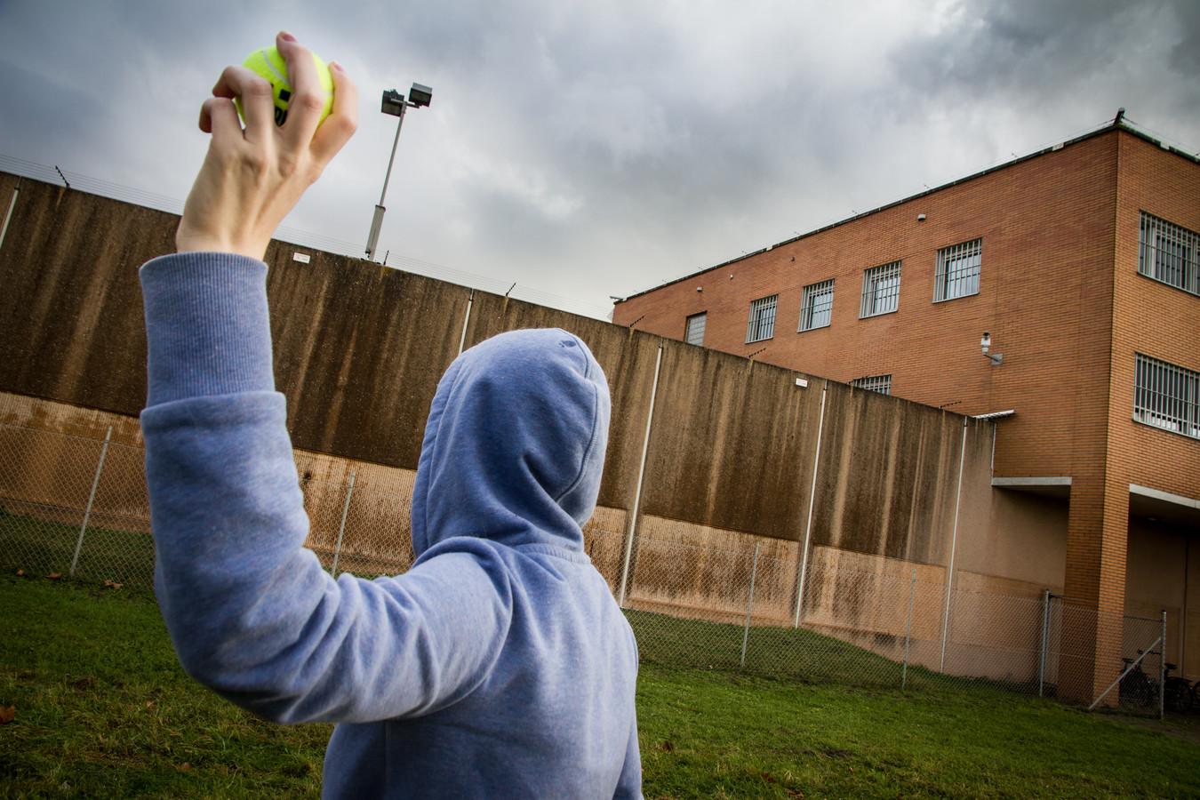 Eén van de smokkeltechnieken is iets in een tennisbal stoppen en het over het hek gooien. Deze foto is voor een eerder verhaal in scène gezet.