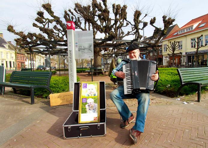 Juul Bouman , accordeonist, op één van zijn speelplaatsen bij de Moeierboom.