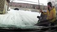 Bliksemsnelle reflexen redden man van slippende auto (en hij kan er smakelijk om lachen)