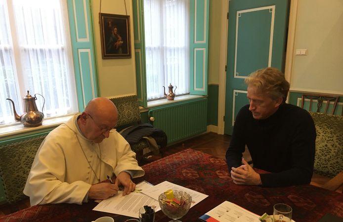 Abt Denis Hendrickx van de Abdij van Berne in Heeswijk-Dinther ondertekent de intentieverklaring. Rechts Willem Leermakers van de Leermakers Autismegroep.