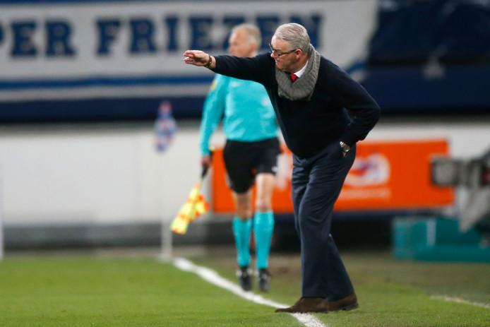 Trainer Hans de Koning, hier op archiefbeeld nog actief bij Go Ahead Eagles.