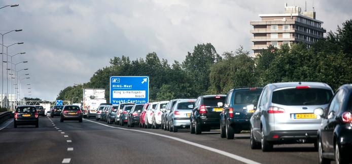 Een lange rij auto's staat op de vluchtstrook te wachten om af te kunnen slaan naar Vught.