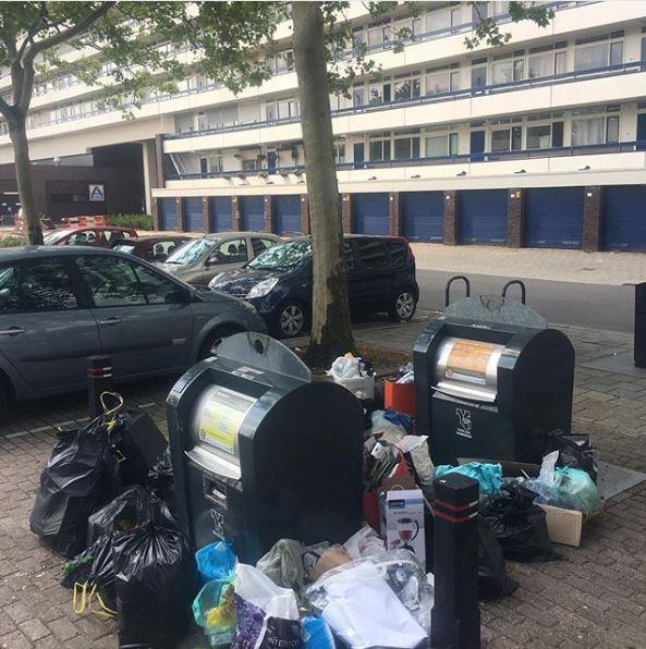Afval naast de afvalbakken op het Gildemeestersplein in Arnhem.
