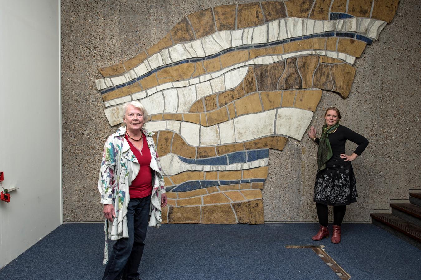 Kunstenares Elsa Westland (links) heeft zondagmiddag het startsein gegeven voor de crowdfundingsactie voor haar wand-reliëf in het oude GAK-gebouw. Dochter Magdaleen van Eersel (rechts) is één van de initiators van het project.