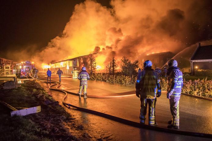 In Werkhoven woedde tot vijf keer toe brand op het terrein van Gert S. aan de Hollendewagenweg.