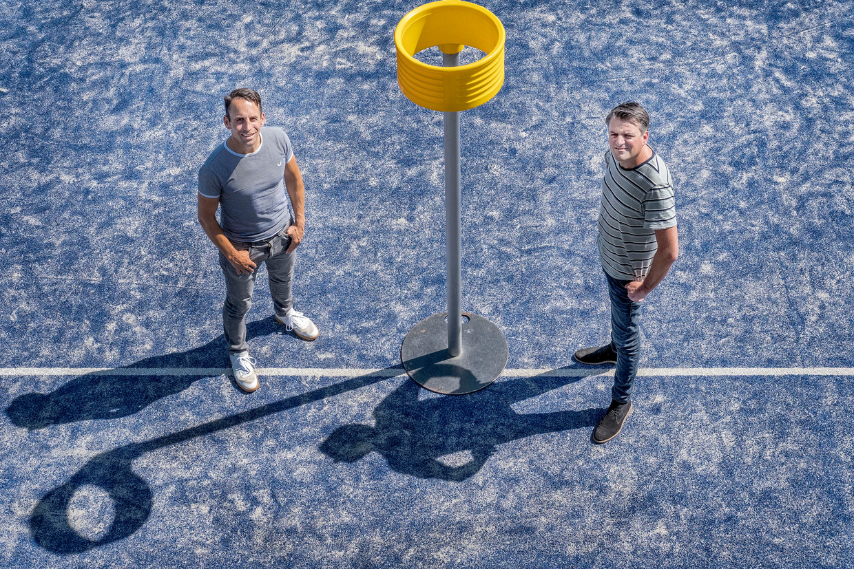 Oud-korfbalinternational Casper Boom (l) en sportjournalist Thijs Smeenk.