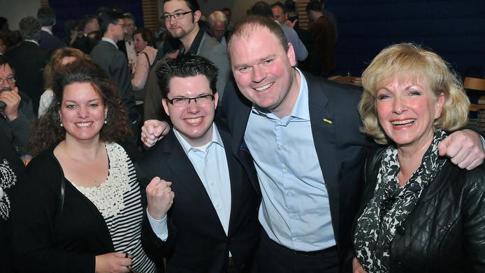 Geurt Visser (2de van rechts) vierde vorig jaar als lijsttrekker van Gemeentebelang Pijnakcer-Nootdorp een verkiezingszege. Korte tijd later vertrok hij naar Den Helder.
