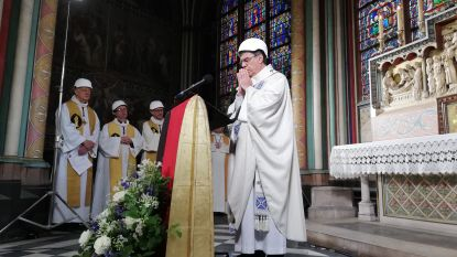 Eerste mis na brand in Notre-Dame: helm op en bidden maar