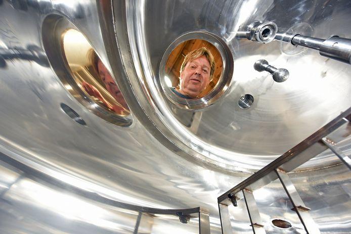 CHAAM - Pix4Profs/Casper van Aggelen - Zit er nog wat in het vat? Bierbrouwer Ad Kusters houdt een oogje in het zeil.