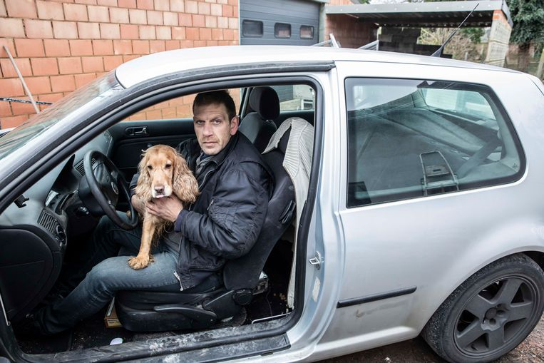 Mario Scheys leeft al enkele jaren in zijn auto.  Hier samen met zijn hondje.