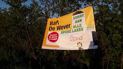 Verkiezingsbord De Wever beplakt met slogan