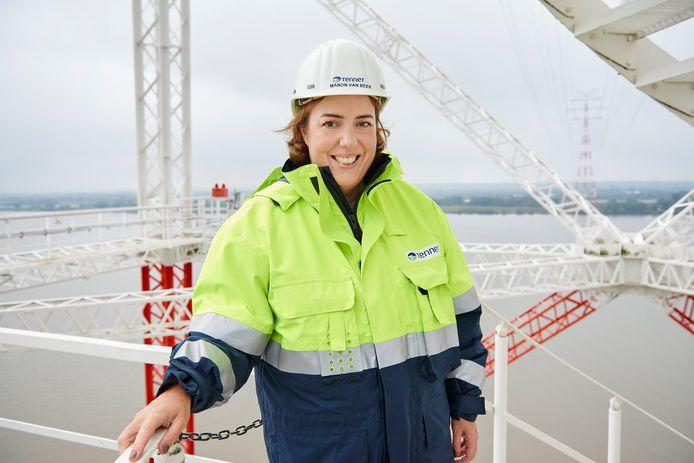 Manon van Beek, ceo van Tennet, op een mast boven de Duitse rivier de Elbe.