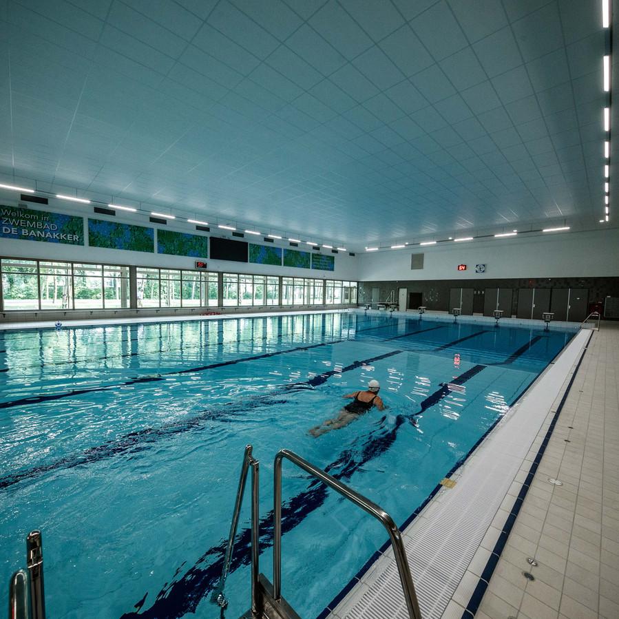 Etten-Leur - 27-5-2018 - Foto: Marcel Otterspeer / pix4profs - Het nieuwe zwembad Banakkers ging vandaag voor het eerst open voor publiek. Zonder poeha. De eerste zwemster ging ter bad en voltrok de baantjes.