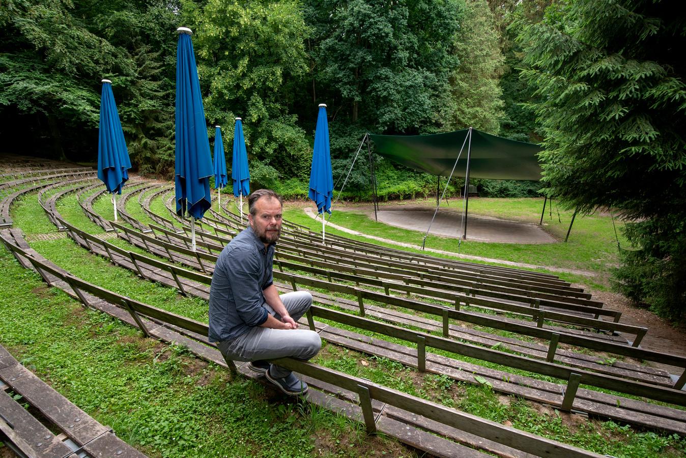 Beheerder Koen van der Mark in het openluchttheater in Velp.