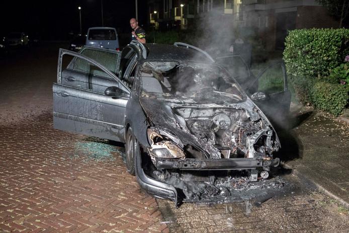 De auto raakte zwaar beschadigd en is door de politie in beslag genomen voor onderzoek.