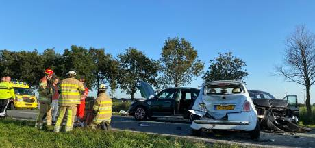 Meerdere auto's botsen op elkaar bij Zeewolde, traumahelikopter geland
