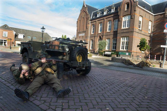 Soldaten in de Dorpsstraat van Etten.