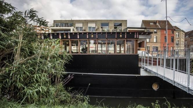 Tomas en Arne bouwen oud vrachtschip om tot unieke vakantiewoning met bar