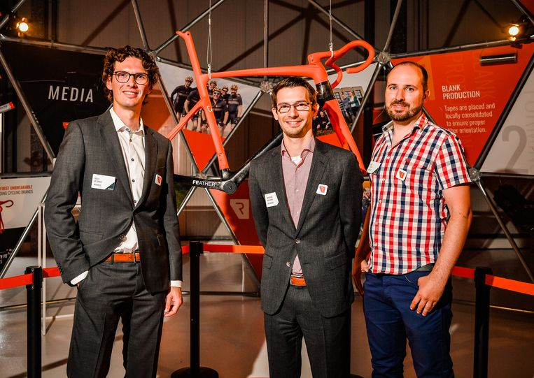 Niels De Greef, Michaël Callens en Dave Luyckx stellen hun fietsframe gemaakt uit 'onbreekbaar carbon' voor .