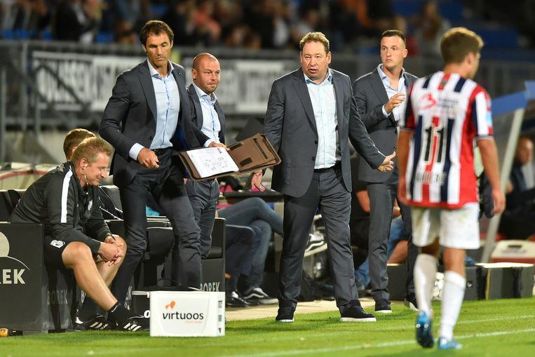 De technische staf van Vitesse met een gebarende hoofdcoach Leonid Sloetski en Nicky Hofs (rechts van Sloetski). Beeld Paul Meima