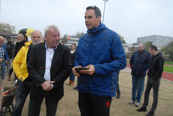 Wethouder Jos van Son kijkt belangstellend naar de discus die in de hand van Erik Cadée rust. Even later waagt de wethoudej zelf een poging.