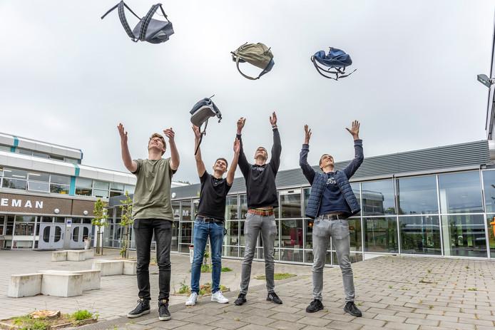 Rico Idelenburg, Roy Heijboer, Quinten Berrevoets en Stijn Ravia (vlnr) van de Pontes Pieter Zeeman in Zierikzee zijn klaar met hun eindexamens.