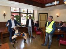 Een draaimolenpaard voor de burgemeester die het wèl aandurfde een kermis te houden