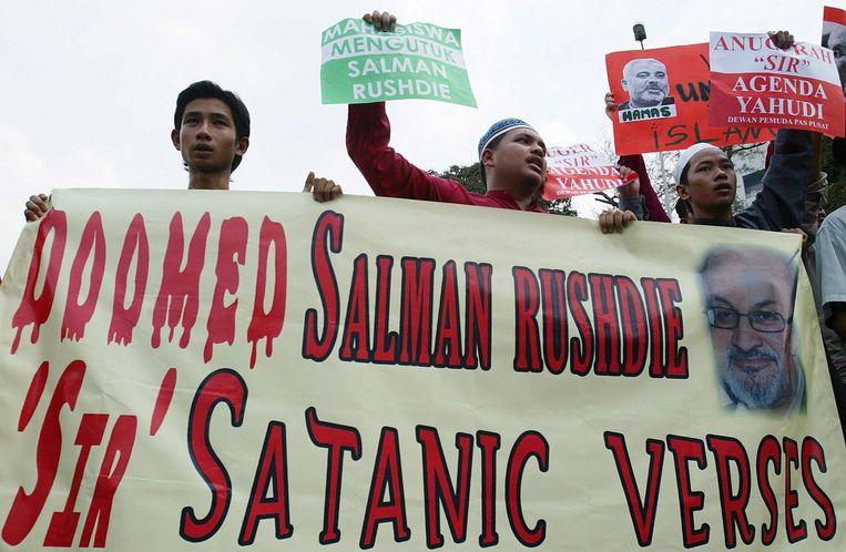 Moslims protesteren tegen De duivelsverzen van Salman Rushdie. Beeld epa